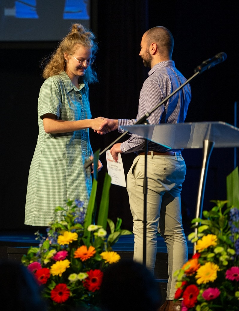 Baptist Care SA staff member Nicos Saredakis presenting the Compassion Award to Maretha van Hoving.